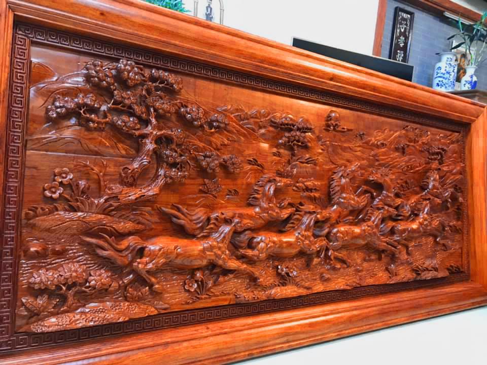 Tranh gỗ là một vật phẩm rất được ưa chuộng, bởi ngoài tính chất trang trí ra thì lại mang những ý nghĩa phong thủy tốt đẹp. Thường được treo tường giúp